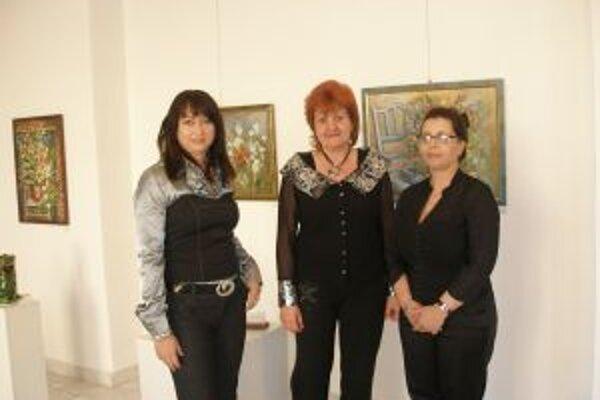 Na Jarnom salóne sa predstavujú neprofesionálne výtvarníčky. Zľava Mária Šefferová, Jolana Palajová a Oľga Lacušková.