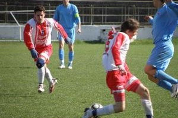 Ondrej Čurgali (vľavo) pridal druhý gól Topoľčian. Topoľčany v sobotu zdolali Slovan Bratislava jun. 2:0.