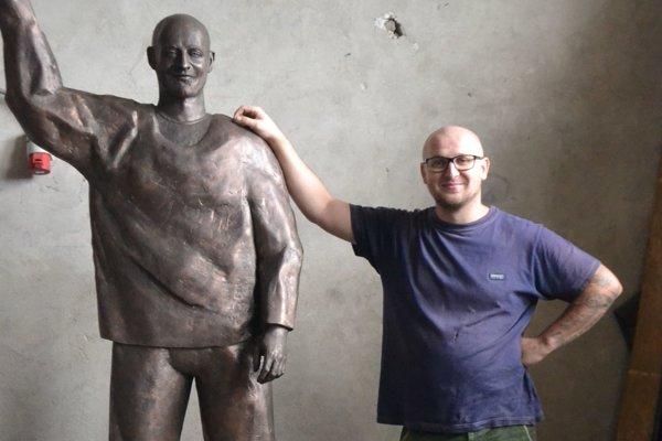 """Peter Poliačik so svojim dielom, ktoré zatiaľ """"drieme"""" v garáži neďaleko Lučenca."""