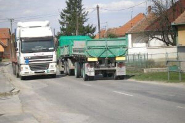 Kamióny sú pre cestu z Oponíc do Bošian veľkou záťažou.