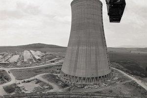 09. jún 1989. Výstavba jadrovej elektrárne v Mochovciach v roku 1989. Pohľad zo žeriavu z výšky 80 metrov na ôsmu chladiacu vežu.
