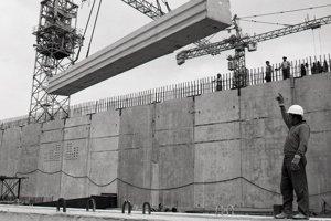 17. jún 1985. Pracovníci Hydrostavu, O.Z. Mochovce, pri montáži podlahy objektov pre nádrže systému aktívnej ochrannej zóny na prvom dvojbloku. Na snímke Július Gál riadi uloženie jedného z nosných panelov podlahy