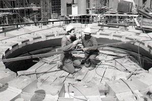 8. jún 1987. Pracovníci Škoda, Závody energetických strojíren Plzeň, závod Mochovce, Ing.Pavol Chňapek a Dimčo Božilov (vpravo) premeriavajú osadenie ionizačných kanálov na šachte reaktora II.bloku.