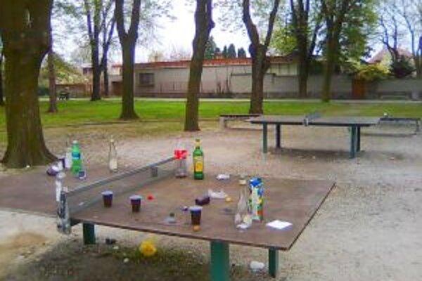Takýto pohľad sa naskytol ľuďom v mestskom parku. Prázdne fľaše, poháre a neporiadok navôkol.