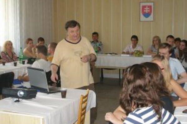 Prednášku o drogovej závislosti viedol Vojtech Lisák z Regionálneho úradu verejného zdravotníctva v Topoľčanoch.