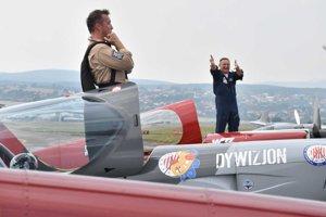 Akrobatickí piloti Zotán Veres a Artur Kielak ďakujú návštevníkom leteckého dňa za búrlivý potlesk, ktorí zožali za improvizované spoločné vystúpenie.