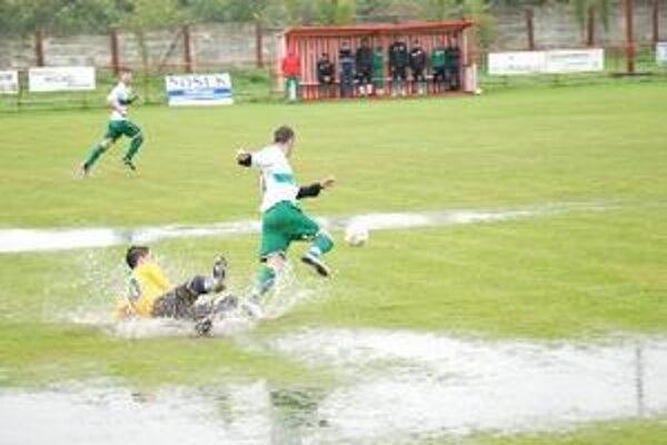 Ide o futbal? V Hornej Kráľovej pred týždňom hrali na takomto teréne.
