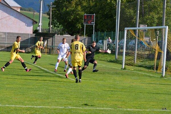 Trenčianske Stankovce (v žltom) prehrali v derby s Častkovcami.