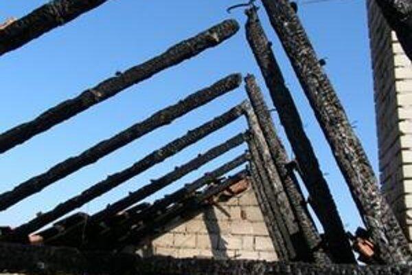 Zhorernú strechu domu v Podhradí mal na svedomí podpaľač.