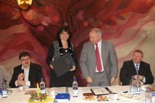 Z rúk výkonného riaditeľa ZMOS Jozefa Turčányho prevzala predsedníčka  Iveta Randziaková cenu pre región Stredné Ponitrie.