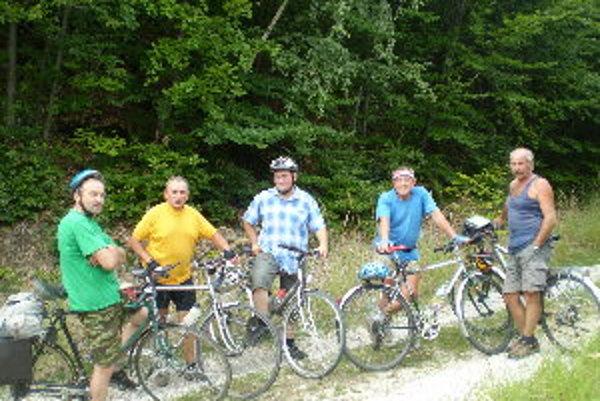 Marián Smatana (vľavo) zdoláva s kamarátmi hory aj na dvoch kolesách.