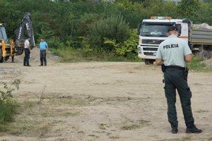Na mieste vývozu trosiek zo stavby bola aj policajná hliadka.