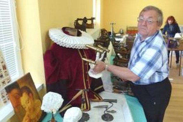 J. Maruňák ukazuje, ako sa nahriata rúrka vkladala do anglického goliera, aby mal pekný tvar.