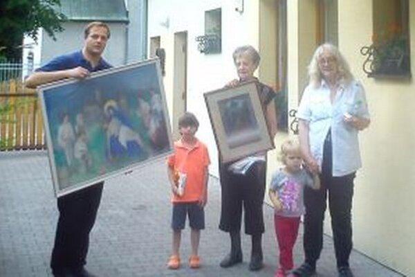 Obrazy, ktorými obdarovali obec.
