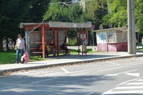Priestor pri Národnom cintoríne hyzdí zastávka i starý stánok.