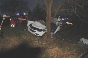 Pri nehode sa vážne zranili štyria mladí ľudia.