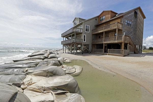 Vrecia s pieskom majú zmierniť aktivitu hurikánu Florence na pobreží Severnej Karolíny.