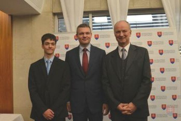 Patrik Lettrich (vľavo) dostal ocenenie od Petra Pellegriniho (v strede).