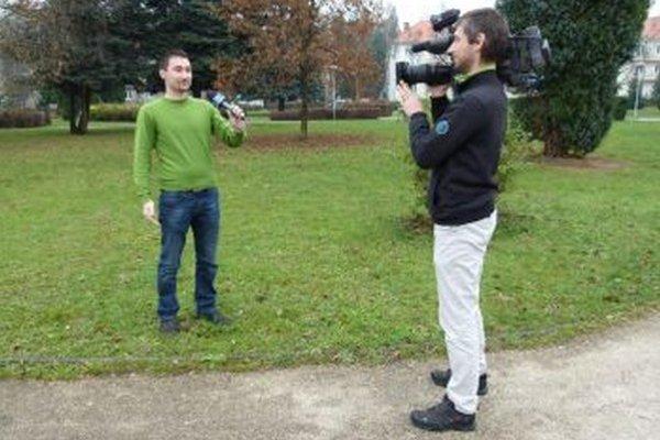 M. Cheben (vľavo) s kameramanom M. Horváthom sa často objavujú na miestnych akciách.