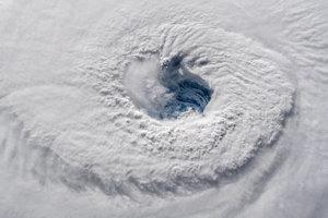 Oko hurikánu Florence z 12. septembra 2018. Stred tropických sa volá oko, označuje sa tak miesto s relatívne pokojným počasím.
