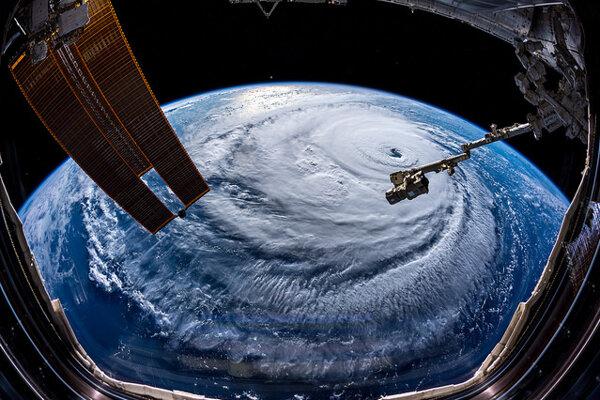 Hurikán so špecifikým okom uprostred. Myšlienka zastaviť hurikány atómovou bombou vypustenou do oka je stará viac ako polstoročie.