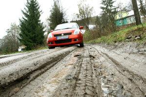Cesta do chatovej oblasti sa v čase dažďov a sneženia stáva neschodná.