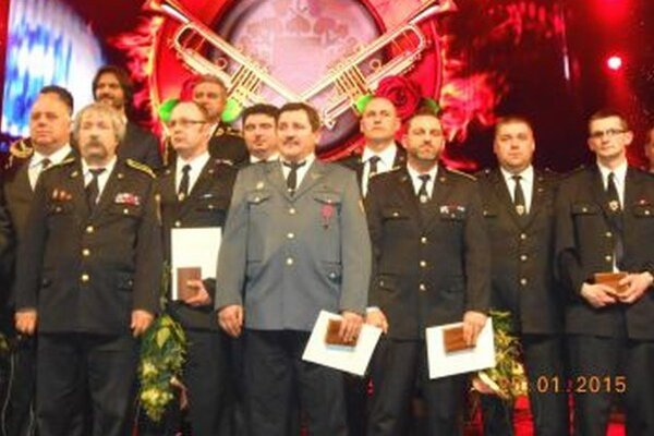 Ľ. Vaňko (druhý sprava) a P. Slobodník (štvrtý sprava) na oceňovaní.