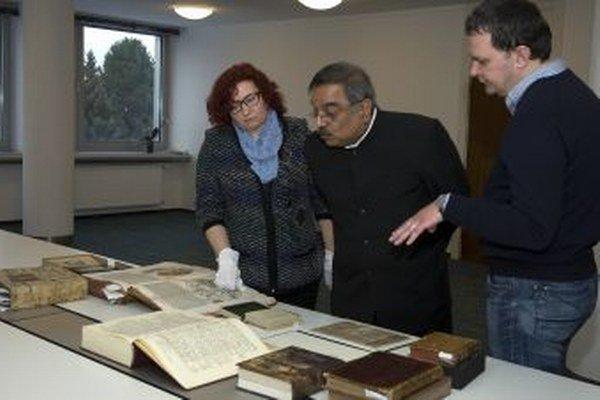 Shri Param Jit Mann počúva odborný výklad riaditeľky odboru Historických knižných dokumentov a historických knižných fondov Jany Cabadajovej.