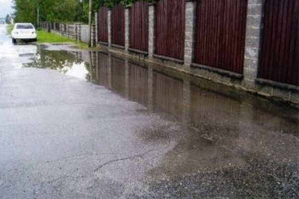 To je ešte nič, keď prší, tak kaluže zaplavia celú ulicu.