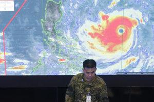 Člen filipínskej polície informuje o prípravách na hurikán Mangkhut.
