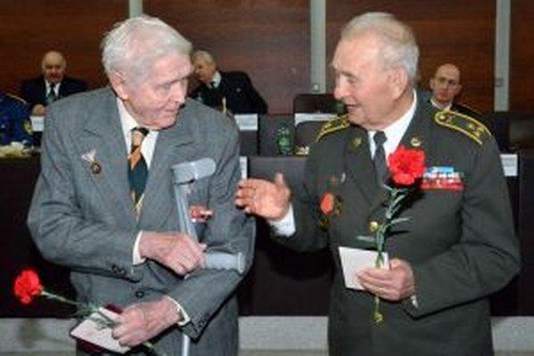 Veteráni z II. svetovej vojny - Ondej Kučera a Bohuš Rakyta.
