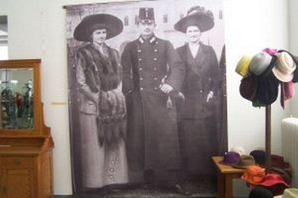 Z interiéru výstavy Dámy a páni, držte si klobúky!