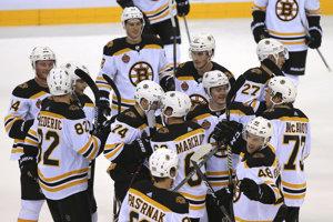 Hráči Bostonu sa radujú z víťazstva.