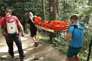 Jednu zo zranených turistiek museli horskí záchranári preniesť na nosidlách.