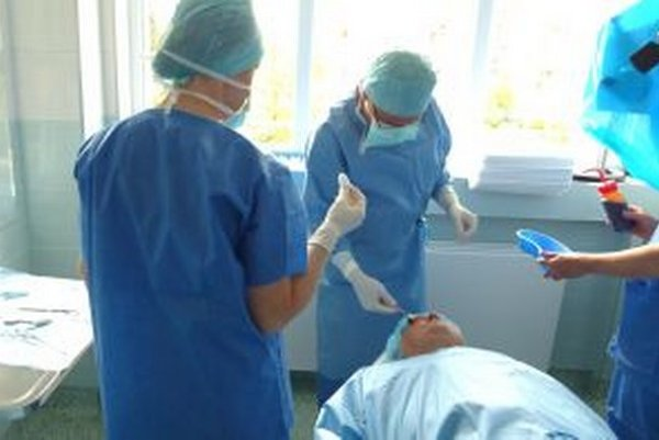 Prednosta Peter Žiak aplikuje látku do oka pomocou injekcie.