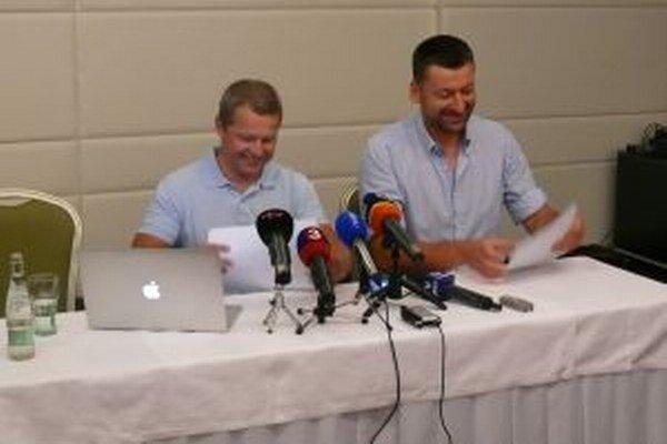 Majiteľ pohľadávky - právnik Peter Kubík (vľavo) spolu s Marošom Havranom na dnešnej tlačovej besede v hoteli Turiec.