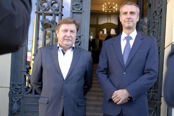 Takto pred piatimi rokmi v Košiciach čakali a vítali vládu na čele s vtedajším premiérom Robertom Ficom župan Zdenko Trebuľa a primátor Richard Raši. Dnes je už všetko inak.