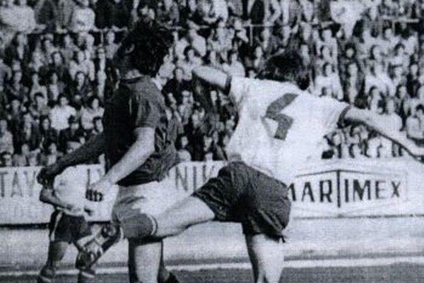 V súboji Jozef Huťka (číslo 4) a Sparťan Chovanec.