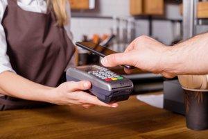 Platenie mobilným telefónom v obchode.