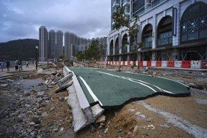 Zničený chodník na nábreží v Hongkongu.