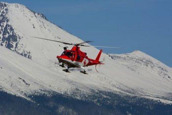 Záchranári letia na pomoc zranenému.