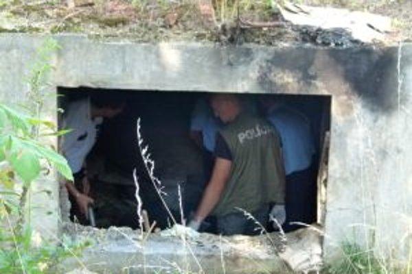 Súdni znalci a policajti dôkladne prehľadávajú sutiny pivnice.