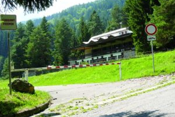 Opustený Horský hotel chráni spustená rampa.