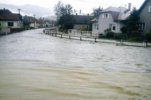 Nikto nečakal, že sa malý potok v Sklabini môže takto rozvodniť.