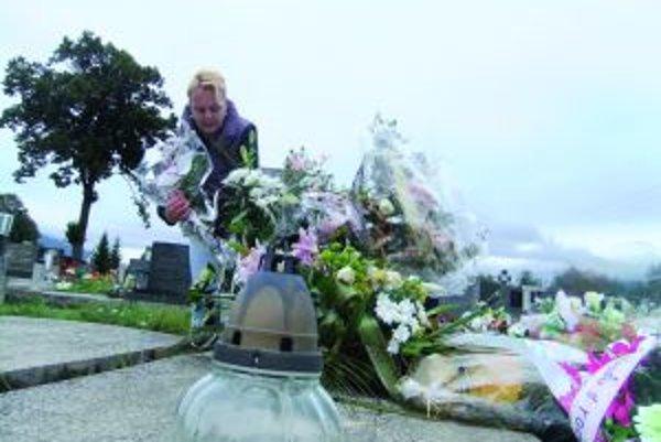Tatiana Rusová pri hrobe svojho otca v Turanoch.