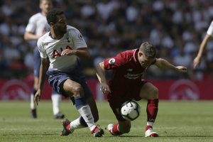 James Milner (vpravo) bojuje o loptu s hráčom Tottenhamu Mousom Dembélém.