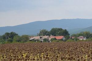 Obec Bačkov leží na úpätí Slanských vrchov.
