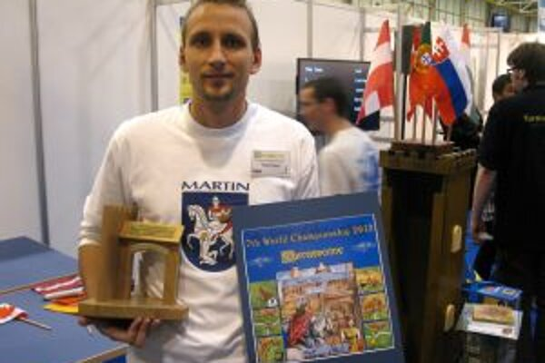 Matej Tabak s trofejou za tretie miesto.