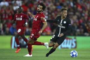 Neymar útočí, Mohamed Salah sa prizerá.