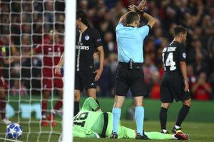 Rozhodca ukazuje, že gól Salaha neplatí.